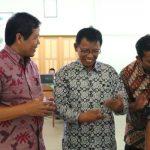 Penyerahan Peta Desa Hasil PKL Pengukuran Bidang dan Penilaian Tanah di Desa Margodadi